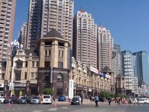 これは、広場近くの高級マンション、他この辺は別荘もあります。学生曰くお金持ちの人が住む、ふむふむ。