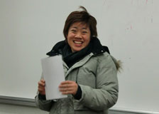 修了書を手にする台湾の学習者