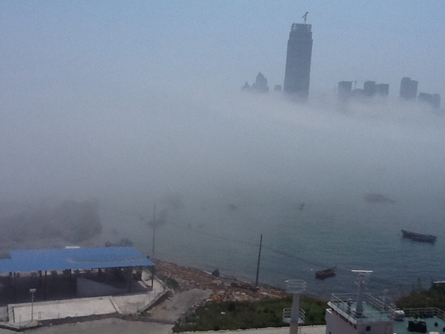 今日の獐子岛教学楼6階日本語資料室からの眺め。霧、、、、。